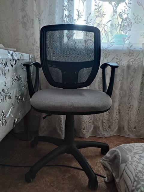 Продам кресло компьютерное на роликах с сеткой